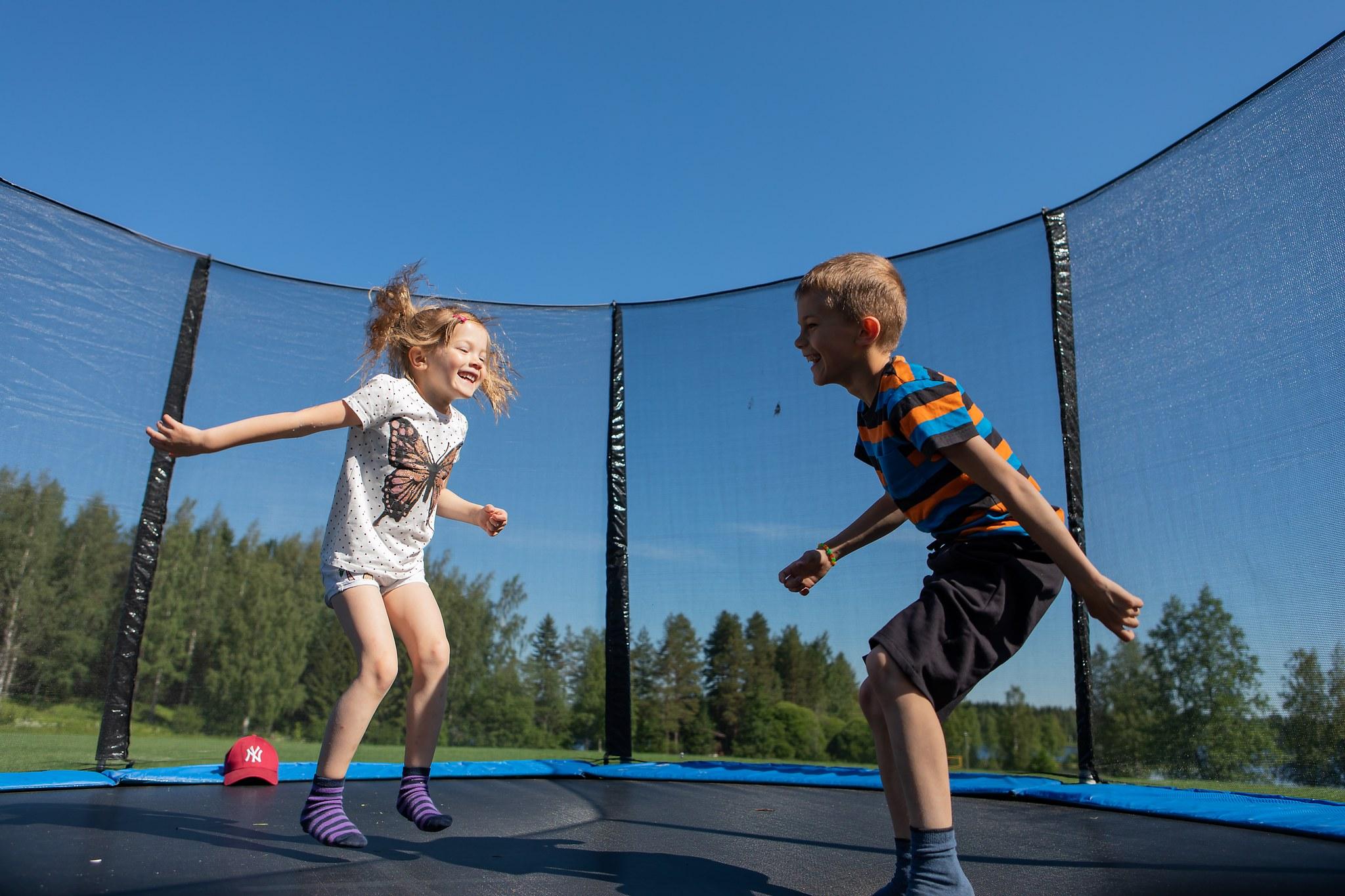Lapset trampoliinillä