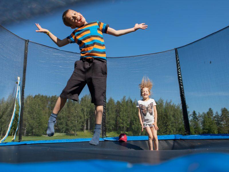 lapset trampoliinilla