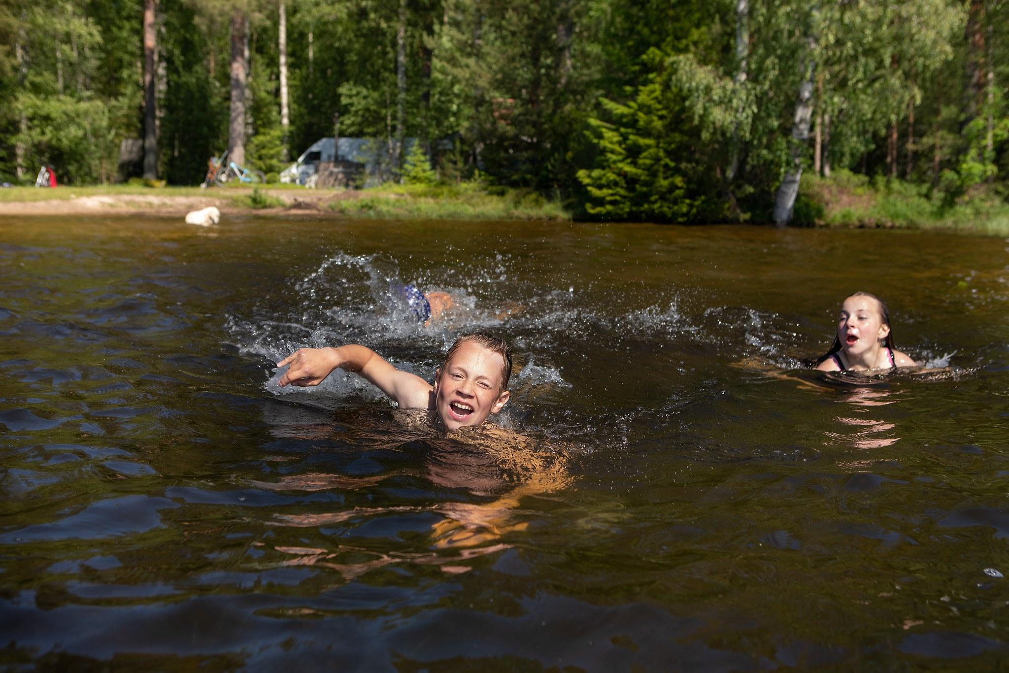 lapset uimassa